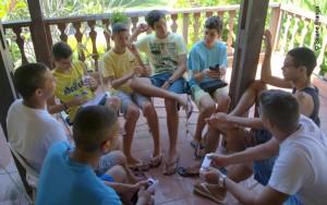 Grupo de jovens debate sobre as lições bíblicas